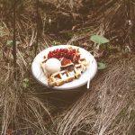 Lütticher Waffeln mit Haselnusseis und Früchten